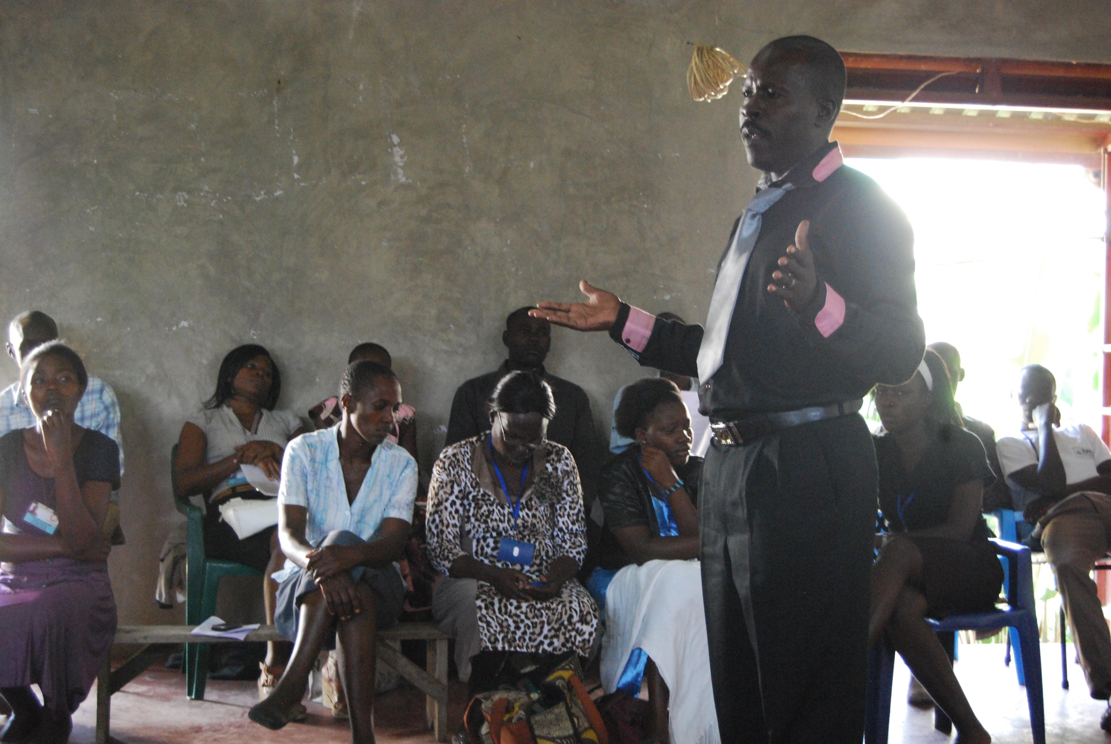 Mfangano Health Net team leader Gor Benard debriefs with a CHW group.